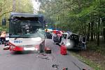 U Kamenných Žehrovic se ve čtvrtek střetl autobus s osobním vozem.