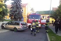 AUTOMOBIL, s nímž to opilý řidič napasoval poblíž kladenského autobusového nádraží do zdi, skončilo jako náklad odtahové služby.