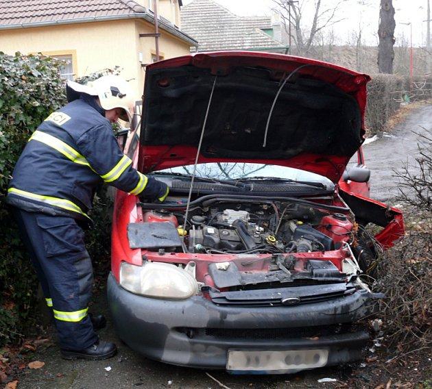 Při nárazu do stromu byla přední část Fordu Escort značně poničena.
