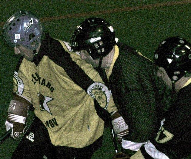 Karel Hykl (vlevo) se proti obraně Delty neprosadil, jeho Beer Stars b tak prohráli 4:8.