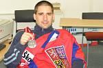 Tomáš Plekanec se stříbrnou medailí z Lotyšska z roku 2006.