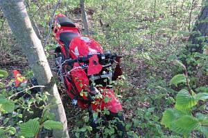 Na Kladensku boural motorkář, narazil do stromu.