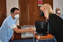 Hejtmanka Petra Pecková osobně poděkovala pracovníkům očkovacího centra ve Slaném.