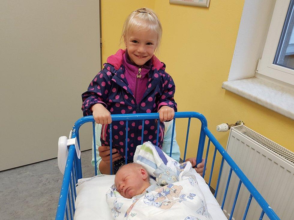 VLASTIMIL FREISINGER, NEPROBYLICE. Narodil se 2. května 2019. Po porodu vážil 3,70 kg a měřil 54 cm. Rodiče jsou Michaela a Karel Freisingerovi, sestřička Nikolka. (porodnice Slaný)