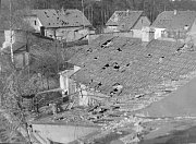 Střechy domů v okolí vlakového nádraží připomínaly cedník.