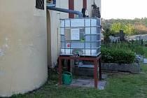Systém, který na hřbitově v Knovízi zajišťuje zadržování vody.