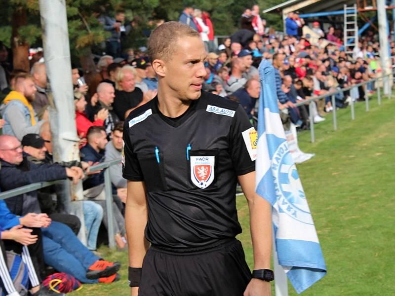 Fotbalová bomba tikala ve Velvarech, domácí ji ale neodpálili úplně a Slavia zápas o postup do osmifinále MOL Cupu zachránila. Vyhrála 4:2. Rozhodčí Leška z Kladna řídil zápas na lajně.