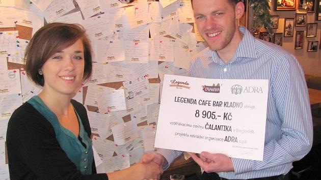 ŠEKY NA ČÁSTKU BEZMÁLA 30 TISÍC KORUN převzala od provozovatele kladenské restaurace a kavárny Michala Muláčka projektová koordinátorka Čelantiky Kristýna Hejzlarová.