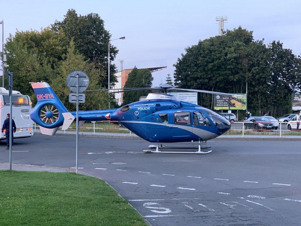 Spěšný vlak na kladenské zastávce srazil 13. září 2021 dva lidi, zasahoval vrtulník.