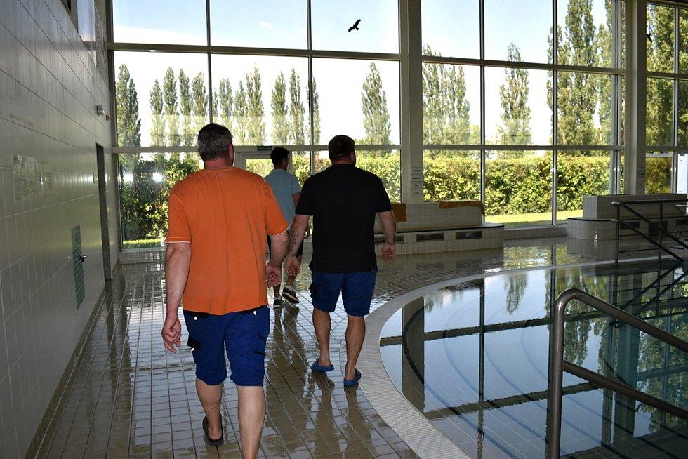 Ve slánském aquaparku probíhají poslední úpravy, nátěry a úklid. Krytý bazén otevře v pátek 11. června ve 14 hodin.