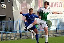 Slaný (v modrém) porazilo doma Lhotu 1:0. Hořejší a Hejduk v souboji.
