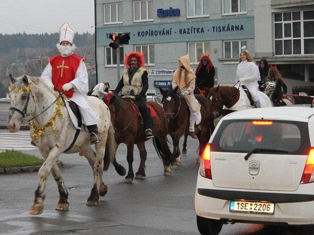 Mikuláš na koni v centru Kladna