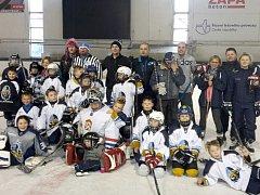 Vánoční mač si zahráli o svátcích malí hokejisté ze čtvrté třídy Rytířů Kladno proti rodičům.