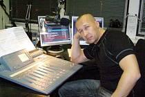 Dan Adam ve studiu Radia Relax. Tam je doma.