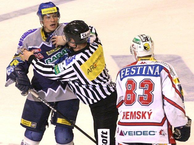 Play-off 2005, Kladno - Pardubice. Martin Ševc tehdy ještě hvězdou nebyl, Aleš Hemský už ano. Přesto se Kladeňák hvězdného prachu nelekl, nehrozí to ani jeho nynějším následníkům.