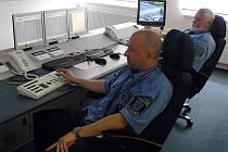Centrální ochranný systém a na něj napojenou linku okamžité pomoci strážníci sledují 24 hodin denně. Minulý týden tak zachránili dva lidské životy.