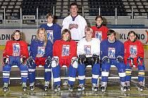 zámořského programu Goals & Dreams je určena  mladým hokejistkám, které se nechaly zvěčnit s Tomášem Kaberlem.