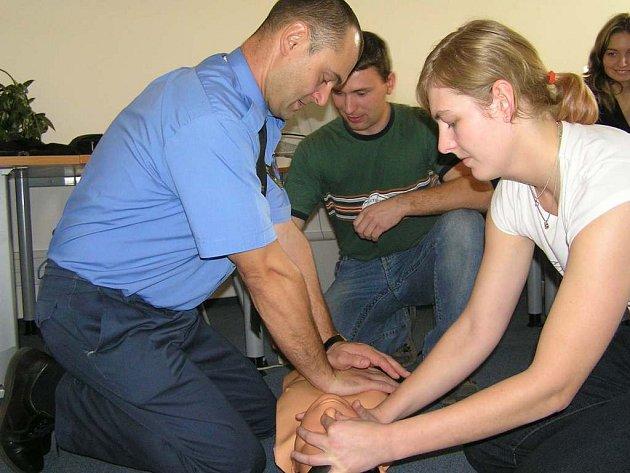 Kurz první pomoci absolvovalo v říjnu na osmdesát kladenských strážníků. Mnohdy je pro ně důležité vědět, jak  zachránit lidský život.