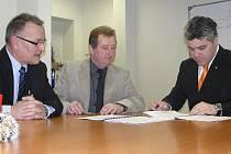 Zdeněk Štěpánek (vlevo), Richard Mosr (uprostřed) a Vladimir Živičnjak (vpravo) podepisují kolektivní smlovu pr příští rok.
