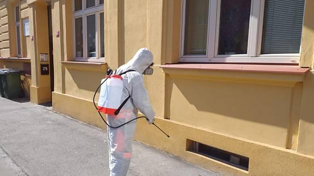 Dezinfekční opatření před DPS v Brožovského ulici ve Slaném.