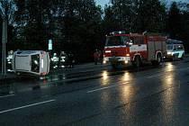 Po střetu s jiným osobním vozem skončila Fabia na boku na chodníku poblíž Středočeské vědecké knihovny v Kladně.