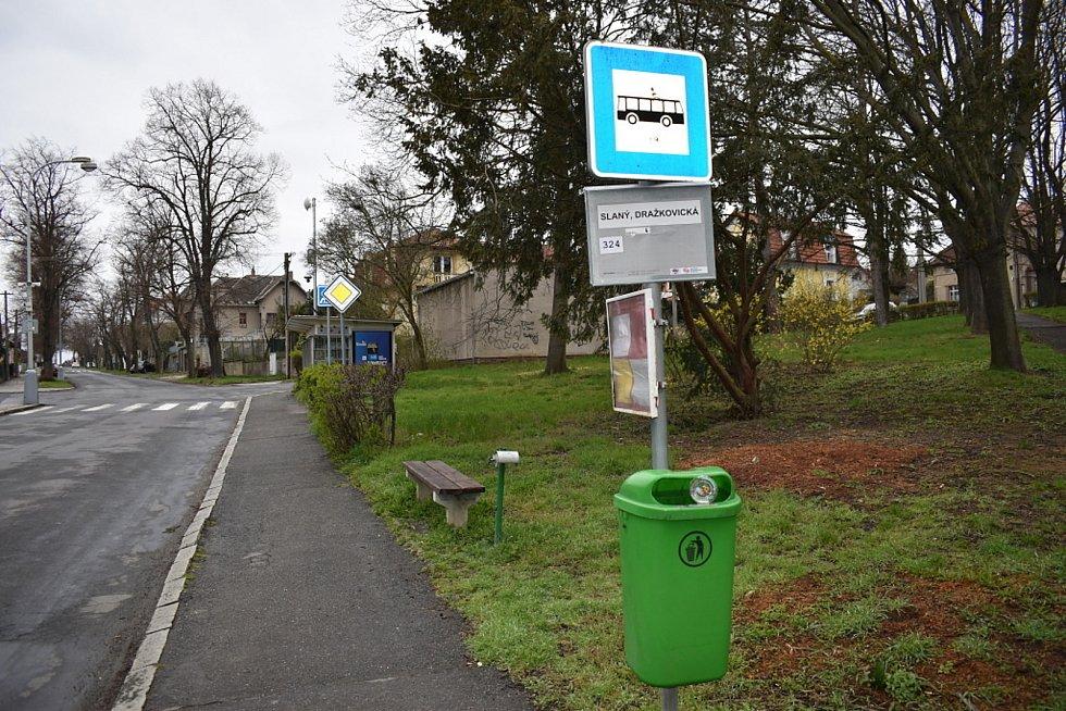 Zastávka v Dražkovické ulici ve Slaném u parku.