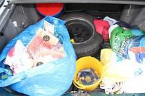 UKRADENÉ ZBOŽÍ z prodejen s potravinami čtveřice zlodějů převážela v kufru osobního vozidla, které patřilo jednomu z nich. Jednalo se o maso, sýry, sladkosti, ale i ryby a prací prášky.