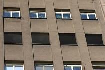 Nájemníkům v prvním rozdělovském věžáku začala být konečněn měněna okna.