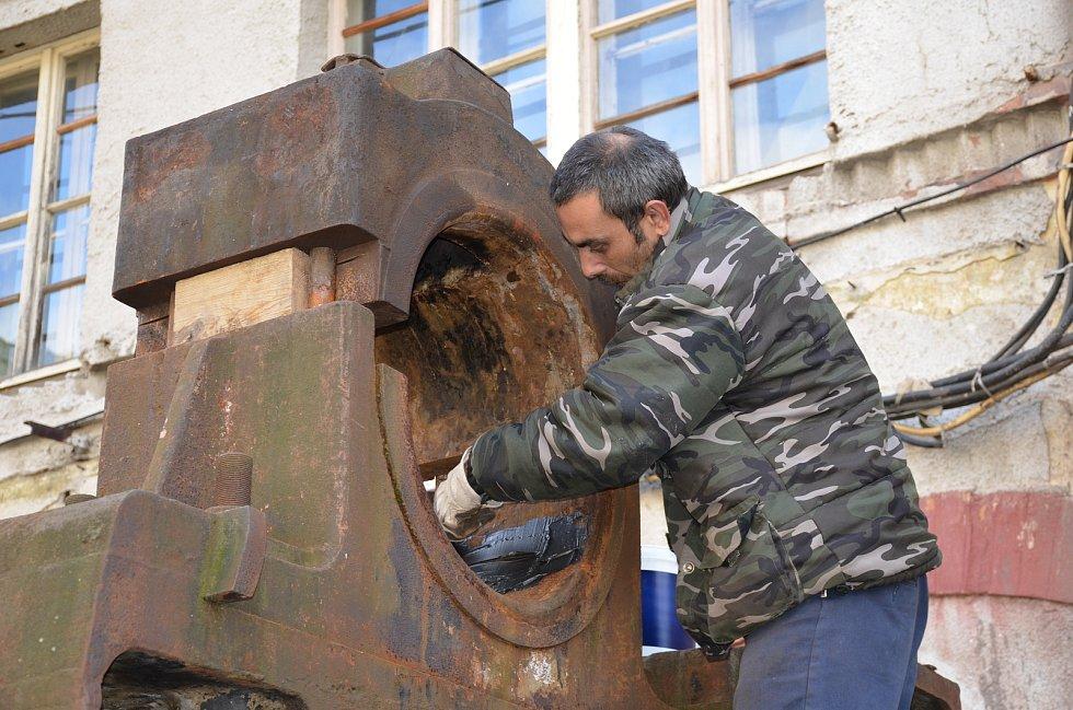 Instalace Thomasova konvertoru v hornickém skanzenu Mayrau ve Vinařicích.