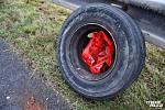 Zadní kola, která se za jízdy uvolnila z nákladního vozidla jedoucího ve směru z Prahy na Nové Strašecí, způsobila nehodu.
