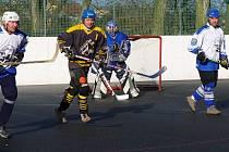 Až o sedmé místo budou hrát hokejbalisté Torpeda v Kladenském poháru. Jeden z jejich vůdců Matouš Vydra porážce od Falconu 3:7 nezabránil a soupeř s brankářem Drahokoupilem (v pozadí) postoupil nečekaně do semifinále soutěže.