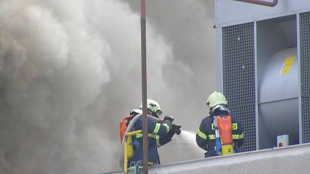 Požár zachvátil střechu jedné z budov areálu pekáren v Kladně.