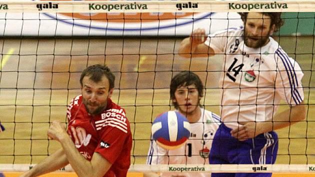 Borek Fokt typicky přehazuje soupeře po naznačené smeči,vlevo Stanislav Pochop, uprostřed Jan Barák