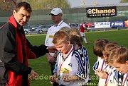 Jan Suchopárek předává žákům medaile (přestávka)
