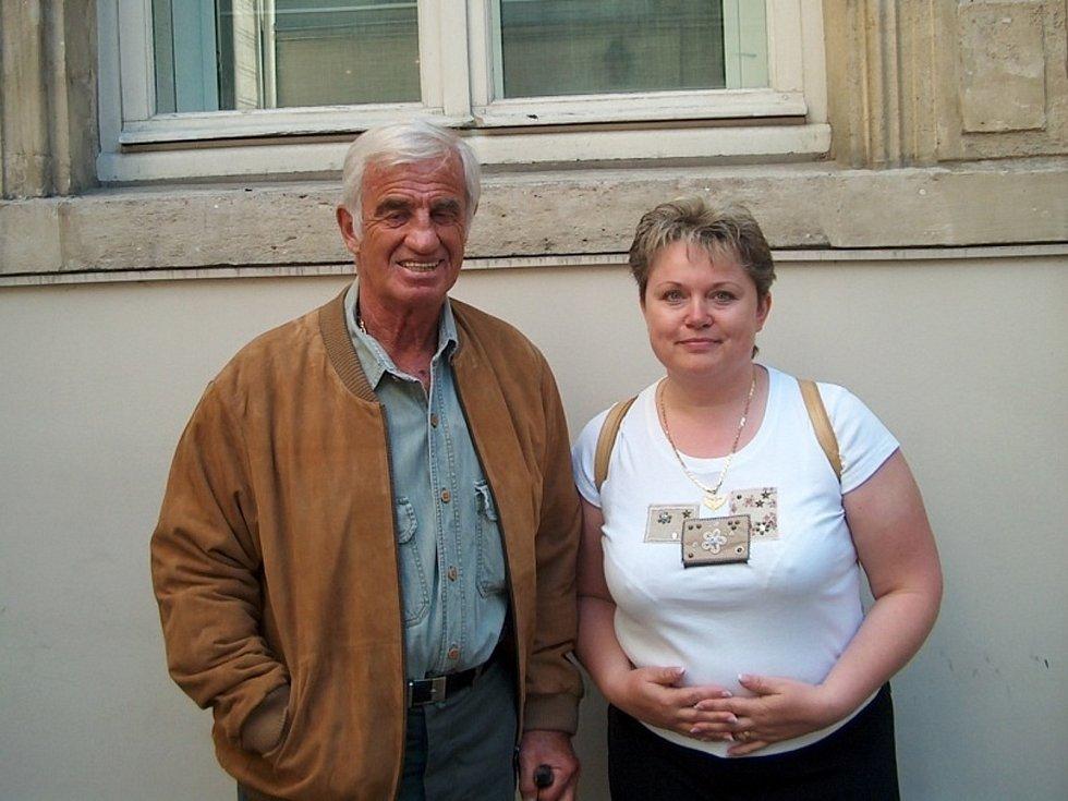 Alena Podolská na návštěvě u J. P. Belmonda v roce 2004 před jeho domem.