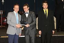 Martin Nič vlevo přebírá za slánský Klub historických vozidel ocenění