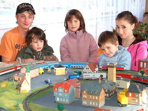 Model železnice a vláčku nejvíce uchvátil děti.