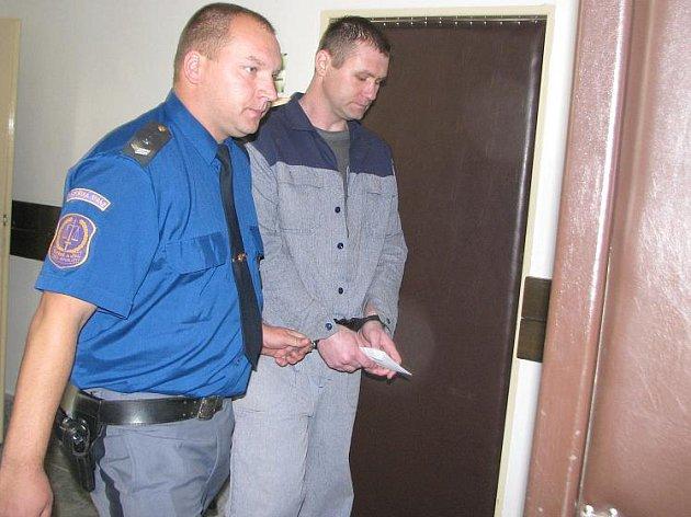 Jeden z obžalovaných před soudní síní.