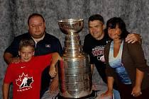 Stanley Cup v Kladně. Druhý zprava je skaut Detroitu  Vladimír Havlůj, jenž pohár do Kladna přivezl. Vedle něj trenér mládeže Karel Franc a jeho rodina.