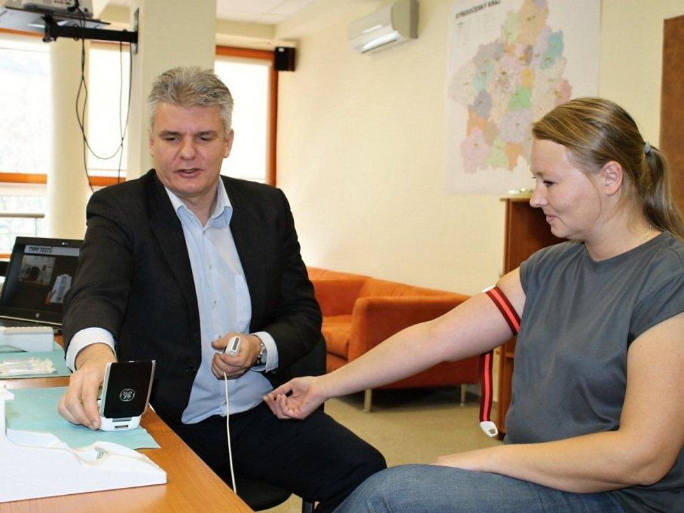 Středočeští záchranáři mají dvě novinky, které jim pomáhají v péči o pacienty.