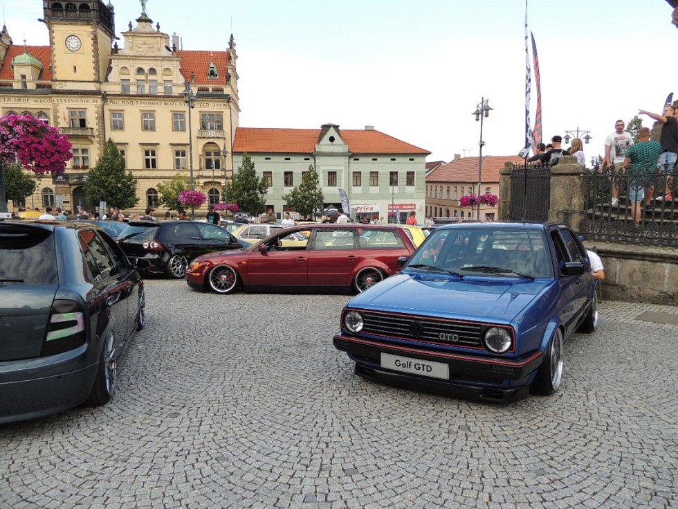 Tuningáři v Kladně před radnicí.