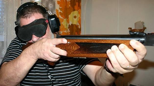 ZVUKOVÁ STŘELBA patří k oblíbeným aktivitám nevidomých. Na snímku předseda kladenské odbočky SONS Miloš Burda.