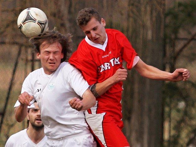 Tomáš Andruchovič (v bílém) hraje už dlouhé roky za Dobrou, ale pochází z Doks. Bude tradičně trochu rozpolcený.