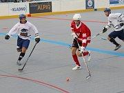Derby na úvod extraligy překvapení nepřineslo, hokejbalisté Alpiqu Kladno (v bílém) přehráli doma Rakovník.