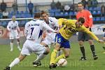 Tomáš Klinka (7) se snaží obrat o míč Admira Ljevakoviče (5) / SK Kladno