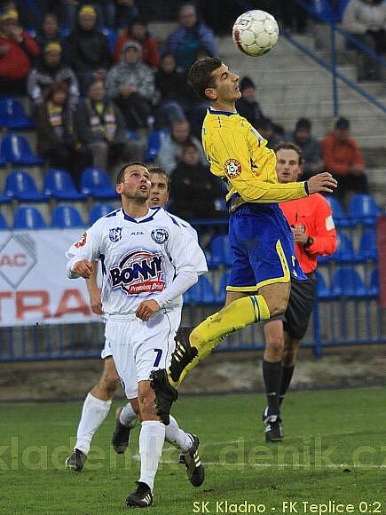 Hlavičkuje Admir Ljevakovič, přihlíží Tomáš Klinka