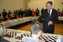 Šachový velmistr Anatolij Karpov při lidické simultánce.