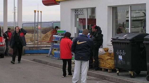 Několik hodin po přepadení byl opět na benzinové stanici čilý ruch.