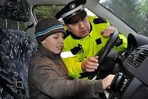Při projektovém dni Ochrana člověka za mimořádných okolností, který se v Základní škole v Norské ulici uskutečnil v úterý, bylo houkání policejního majáku velmi populární.