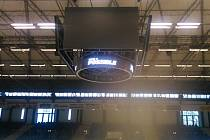Multifunkční kostka na ČEZ stadionu v Kladně je už zavěšená a funkční.